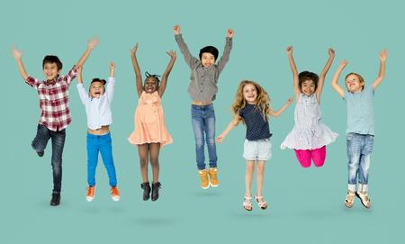 ジャンプの楽しい子供たちの多様なグループ