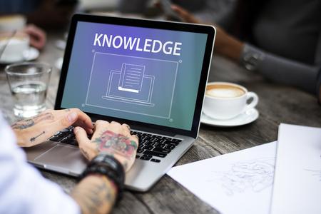 Vrouw met tatoeages die gebruikend laptop werken