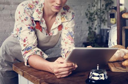 Vrouw met behulp van tablet voor online business order