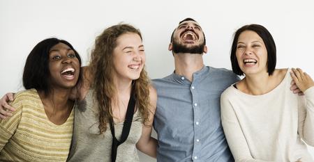 grupo diverso de amigos que se ríen hacia fuera Foto de archivo