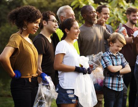 Groupe de la diversité des personnes volunteen projet de charité