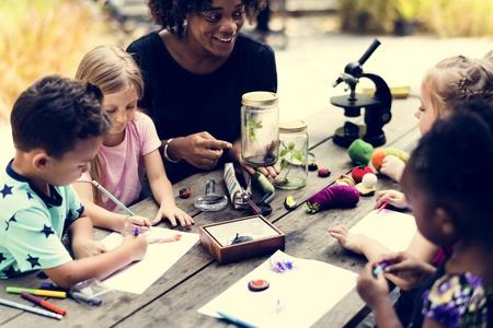 생물학 수업을 배우는 아이 급우의 그룹 스톡 콘텐츠 - 78402614