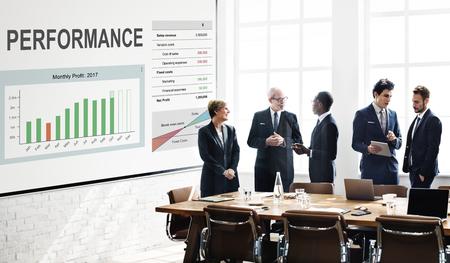 Les travailleurs qui travaillent sur le blanc tableau graphique de recouvrement de graphique Banque d'images - 78401785