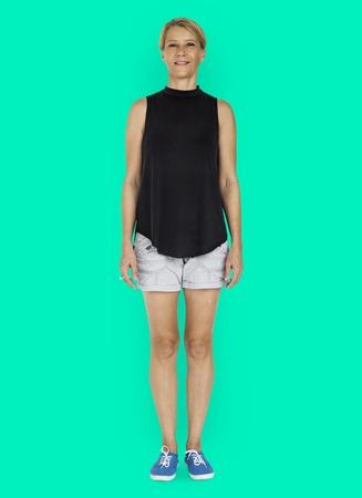 スタジオ撮影で立っている白人女性 写真素材