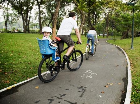 家族の自転車の休日の週末の活動 写真素材