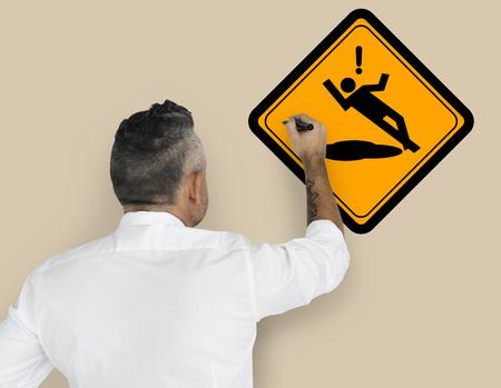 Studio älterer Mann schießen Slip Vorsicht Zeichen Aufmerksamkeit Banner