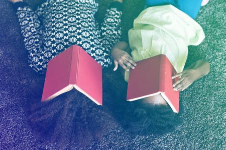アフリカの姉妹は、本を読んでから休息を取る