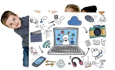 Niños con iconos de tecnología moderna