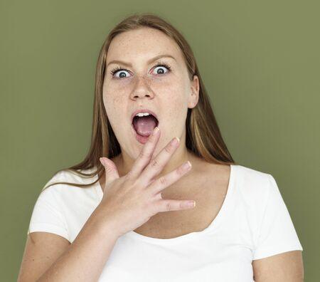 白人の女の子は手ジェスチャーに衝撃を与えた