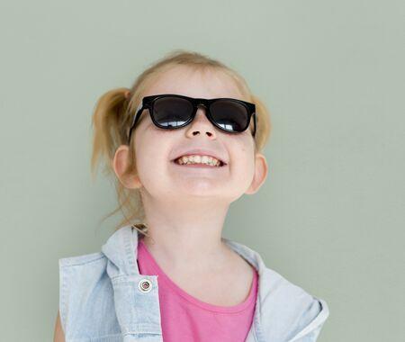 幸せ遊び心のあるツインテールの髪型を笑っている小さな女の子 写真素材 - 78703291