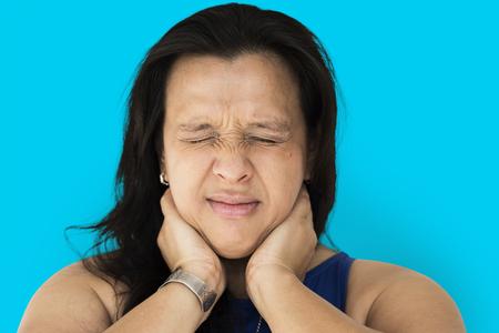La mujer siente realmente dolor de cuello y músculo Foto de archivo - 78697702