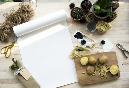 木製テーブルの塗装紙サボテンの植物 写真素材