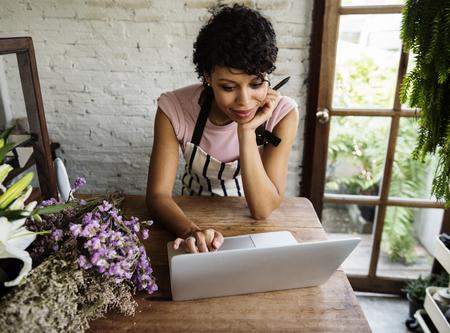 Vrouw Met Laptop Online Bloemenwinkel