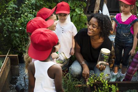 Gruppe von verschiedenen Kinder lernen Umwelt auf dem Bauernhof