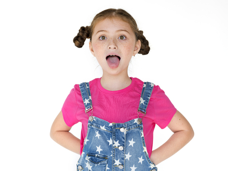 スタジオ ポートレートの舌を突き出して幸せの笑みを浮かべて少女