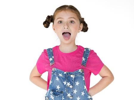 어린 소녀 웃는 행복 혀를 고집 스튜디오 초상화