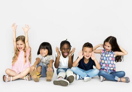 행복한 아이들이 바닥에 앉아 그룹