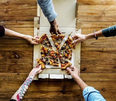 Mensen Handen Grijpen Pizza Van Bezorgdoos