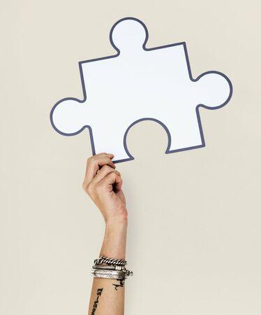 ジグソー パズルの図を持って、手