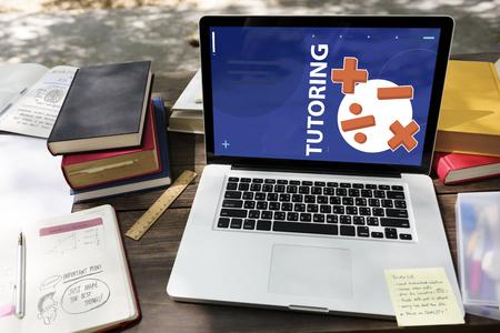 Illustratie van wiskunde oplossingslessen op laptop leertechnologie