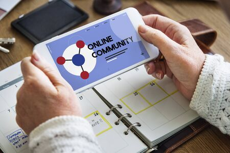 携帯電話オンライン コミュニティの社会的ネットワークとの接続 写真素材