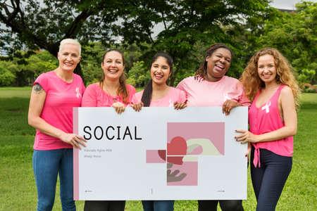 Groep vrouwen die banner van liefdadigheids donatie campagne houden