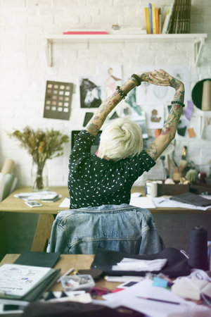 ファッション ・ デザイナーの刺青の女の子ストレッチ 写真素材 - 78966172