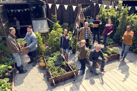 温室で野菜を植えて人々 のグループ