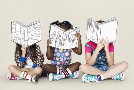 Pequeños niños leyendo libros de la historia Foto de archivo - 78889923