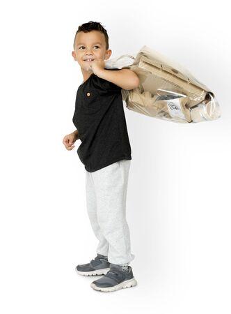 niños reciclando: Pequeño, niño, tenencia, separado, papeles, estudio, retrato