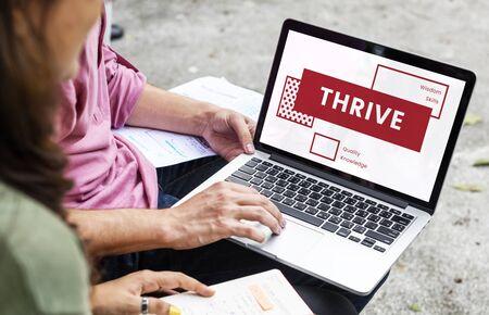 Vrienden met behulp van laptop en discussie over verbeteringswoord