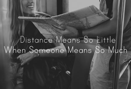 誰かがそんなに意味するとき距離意味はあまり 写真素材