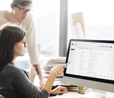 이메일받은 편지함 메시지 목록 온라인 인터페이스 스톡 콘텐츠