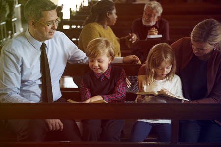 Family Sitting Church Believe Religion Imagens - 79378138