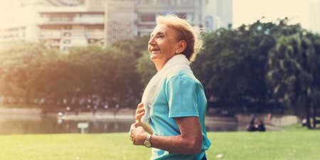 수석 여자가 운동 강도를 실행 스톡 콘텐츠