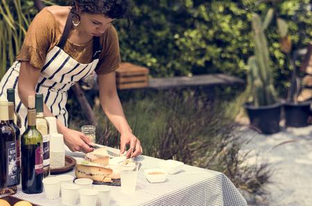 料理でワインとチーズを表示する大人の女性が市場を失速します。 写真素材