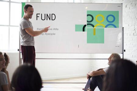 Grupo de personas fundraising social para la fundación de la caridad Foto de archivo - 79318823