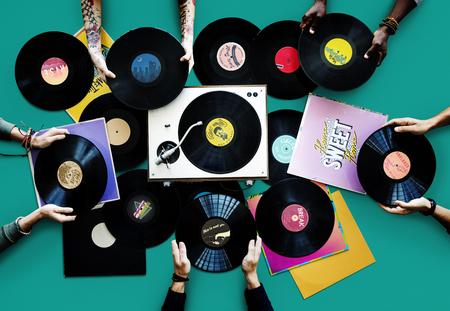Personnes détenant des disques vinyles