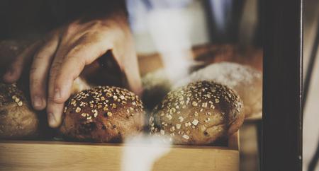 Mens met gebakje eigengemaakt bij bakhuis