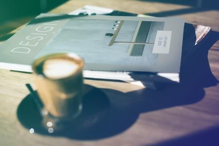 木製のテーブルの上にコーヒー カップを持つデザイン クラス 写真素材 - 79309055