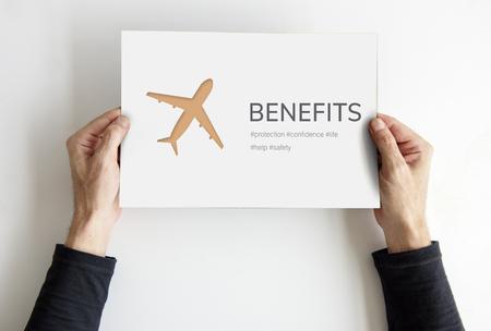 Handen die banner van reisillustratie van de luchtvaartlevensverzekering de reizen houden