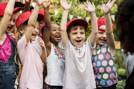 Grupo de varios niños manos levantando alegremente juntos Foto de archivo - 79402161