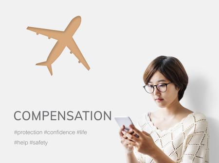 Frau, die Handy mit Illustration der reisenden Reise der Luftfahrtlebensversicherung verwendet Standard-Bild - 79399647