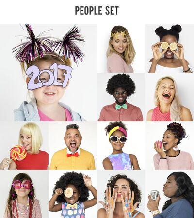 Inzameling van mensen met feestelijk glimlachend geluk