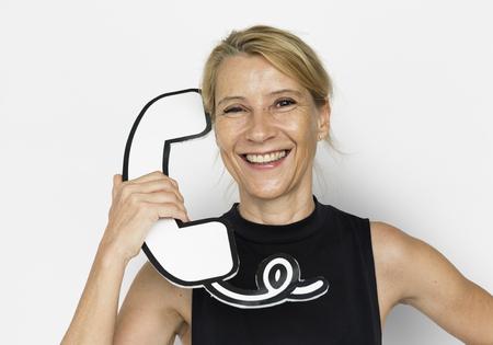 Blond femme blonde tenir téléphone studio portrait Banque d'images - 79377954
