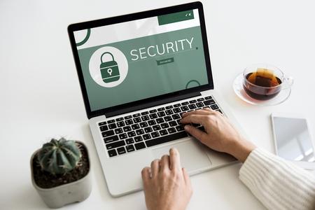 Illustration der Computer-Sicherheitssystem auf Laptop Standard-Bild - 79634379