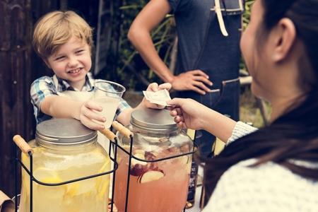 新鮮な市場でレモネードを販売の小さな男の子 写真素材