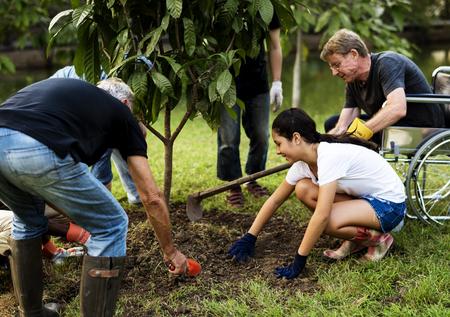 人々 のグループの屋外一緒に木を植える