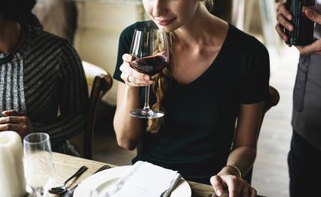 Vrouw die Rode Wijn in een Elegant Restaurant proeft Stockfoto