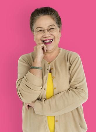 シニア大人の女性の笑顔のハッピー スタジオ ポートレート